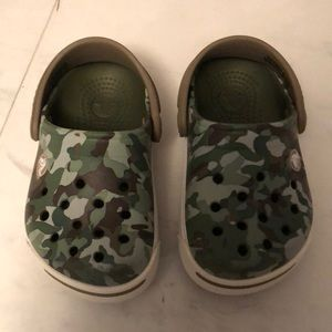 Crocs green camo sandals. EUC. Size 4/5